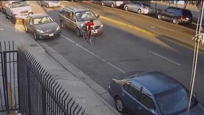 Buscan al conductor que le causó graves heridas a un ciclista en Los Ángeles