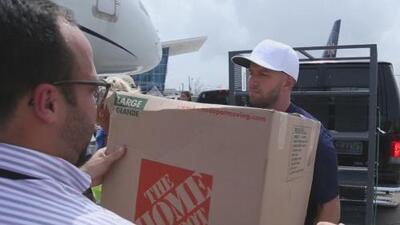 El basquetbolista JJ Barea y los Dallas Mavericks llevan donativos a los afectados por el huracán María