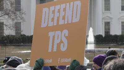 A pocas horas de que termine el plazo, activistas urgen a salvadoreños a renovar el TPS