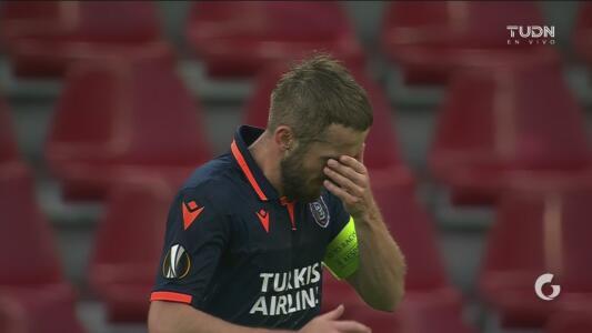 ¡Ni el capitán anda fino! Visca falla la oportunidad más clara del Istanbul Basaksehir