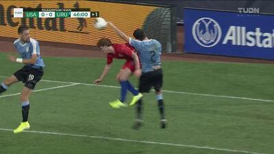 ¡Polémica! Mano clarísima en el área de Uruguay y el árbitro no la ve