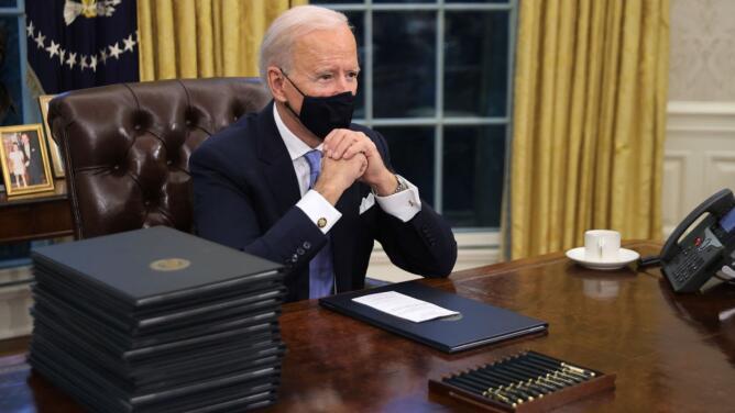 El presidente Joe Biden firma 17 órdenes ejecutivas en su primer día de gobierno: te contamos en qué consisten