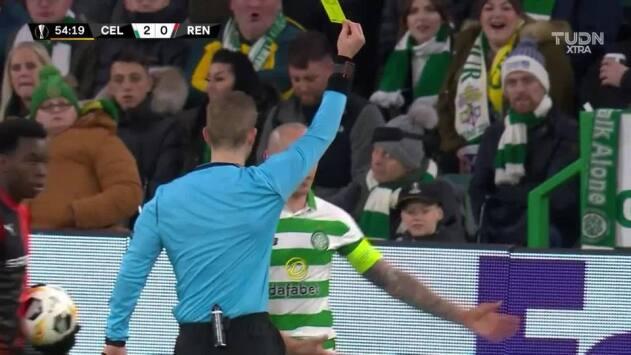 Tarjeta amarilla. El árbitro amonesta a Scott Brown de Celtic