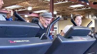 Este veterano cumple 98 años y lo celebra en su lugar favorito: el gimnasio