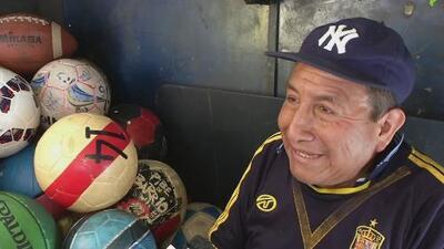 Las pelotas de fútbol también necesitan cuidados, este peruano lo sabe e hizo de ello su empleo