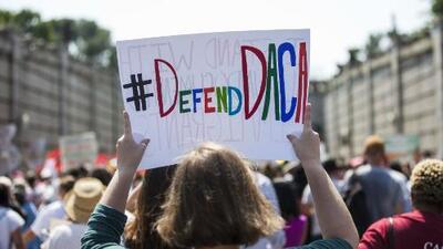 Juez federal dictamina que DACA sigue vigente y unos 700,000 dreamers siguen protegidos de la deportación