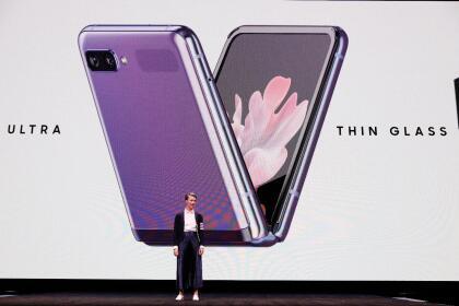 El primer teléfono plegable de Samsung, el Galaxy Fold, salió a la venta en septiembre del año pasado después de una serie de retrasos y reportes de pantallas quebradas.
