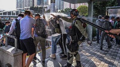 La violencia sigue presente en las protestas en Hong Kong: video muestra disparos de agente contra manifestante