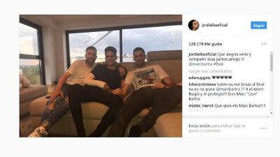Marc Bartra fue visitado en su hogar por Busquets y Jordi Alba