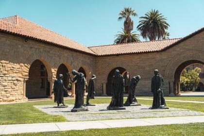 <b>Universidad de Stanford, (2º a nivel nacional)</b> <br> <b>Costo estimado anual sin ayuda financiera: </b>$73,400 <br> <b>Costo estimado anual con ayuda financiera: </b>$18,000 <br> <b>% estudiantes obtienen becas: </b>59% <br> <b>% graduación:</b> 94% <br> <b>Salario promedio anual estimado:</b> $72,700