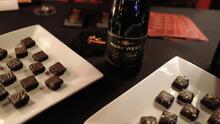 Te contamos cuáles son los beneficios de consumir chocolate amargo y vino tinto