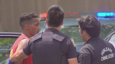 Sospechoso asalta a un habitante de Hialeah y al intentar escapar es sorprendido por un oficial de la policía