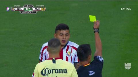 Tarjeta amarilla. El árbitro amonesta a Alexis Vega de Guadalajara