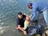 Rescatan a hombre de 67 años cuyo auto cayó al Río Sacramento
