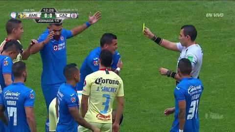 Tarjeta amarilla. El árbitro amonesta a Milton Caraglio de Cruz Azul
