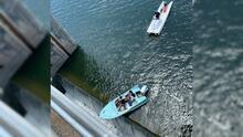 """""""Se tambaleaba"""": así fue el rescate de un bote con pasajeros a punto de caer de una represa en Austin"""