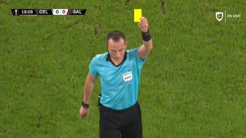 Tarjeta amarilla. El árbitro amonesta a Jerôme Onguéné de FC Red Bull Salzburg