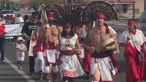 Al ritmo de danza azteca, decenas de personas marcharon en Arizona para celebrar el natalicio del líder César Chávez