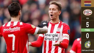 Sin Chucky Lozano, PSV goleó 5-0 al Fortuna. De Jong lució con un hat-trick