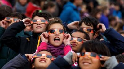 Illinois recibirá el eclipse solar con masivo evento en un estadio de fútbol, competencias de autos solares y más