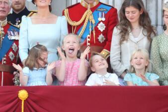 Con sonrisas (y llanto) los principitos Charlotte y George conquistan al mundo desde el palacio real