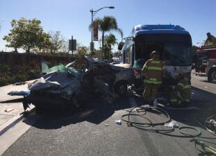En fotos: Aparatoso accidente entre un autobús y un carro en Anaheim