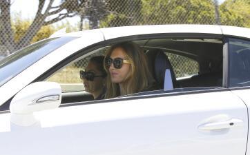 La ex niñera de Ben Affleck  presume nuevo carrazo