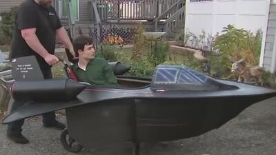 Construyó la réplica de un avión militar para su hijo discapacitado: el tierno video de un padre cumpliendo un sueño