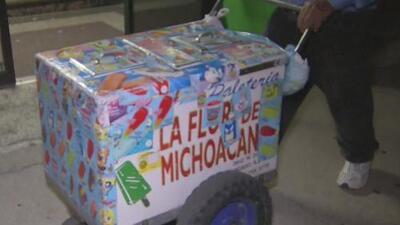 Le robaron su carrito de paletas en La Villita, pero gracias a las redes sociales pudo recuperarlo