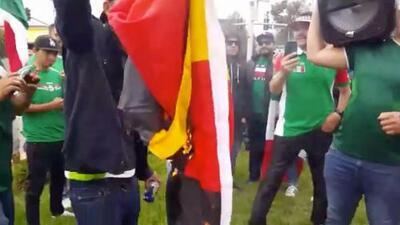 Nunca falta el que desentona: mexicanos queman la bandera alemana en plena celebración