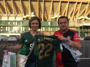 Los fanáticos le ponen el toque mexicano al duelo entre Betis y Barcelona en España