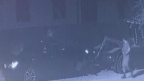 En video: Sospechosos, a bordo de una grúa, roban las llantas de un automóvil y lo dejan abandonado en una calle