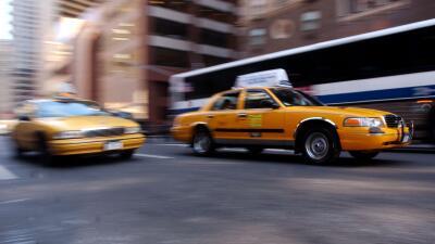 Lo que debes saber hoy: investigan malos prestamos a taxistas, recortan servicio de buses en NYC y lo último del caso Junior