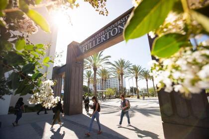 <b>Universidad Estatal de California, Fullerton (34º a nivel nacional)</b> <br> <b>Costo estimado anual sin ayuda financiera: </b>$28,600 <br> <b>Costo estimado anual con ayuda financiera: </b>$8,600 <br> <b>% estudiantes obtienen becas: </b>69% <br> <b>% graduación:</b> 968% <br> <b>Salario promedio anual estimado:</b> $47,300