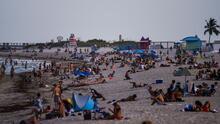 Coronavirus: Alerta y restricciones en playas de EEUU por las vacaciones de primera en medio de la pandemia