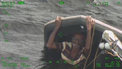 Rescatan a un hombre tras pasar la noche aferrado a un bote volcado en un lago de Florida