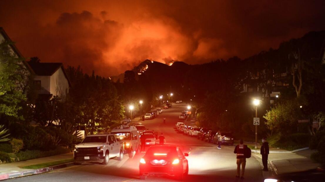Incendio en Pacific Palisades ha consumido más de 1,300 acres y obliga la evacuación de cientos de personas
