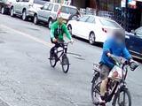 Video: Hombre apuñala por la espalda a repartidor de comida tras perseguirlo en bicicleta en Brooklyn