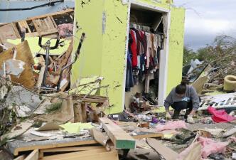 Donde hubo casas solo hay escombros: la triste búsqueda de pertenencias en Mississippi tras los tornados
