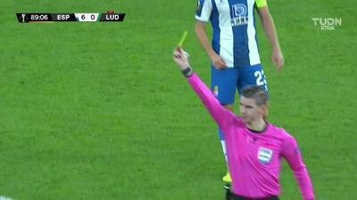 Tarjeta amarilla. El árbitro amonesta a Stéphane Badji de Ludogorets Razgrad