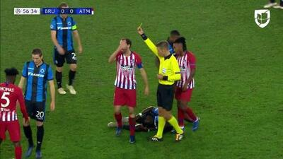 Tarjeta amarilla. El árbitro amonesta a Diego Godín de Atlético de Madrid