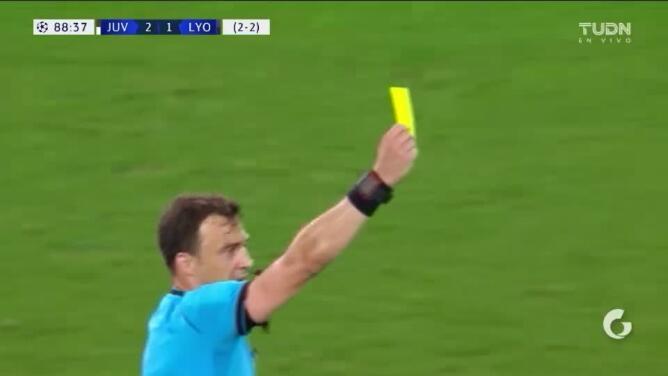 Tarjeta amarilla. El árbitro amonesta a Marçal de Lyon
