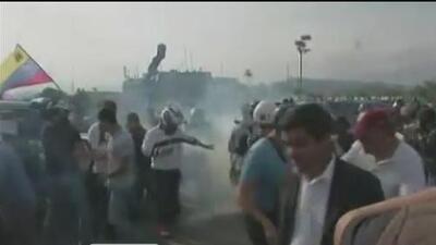 Miles de civiles y militares toman las calles en apoyo a Juan Guaidó