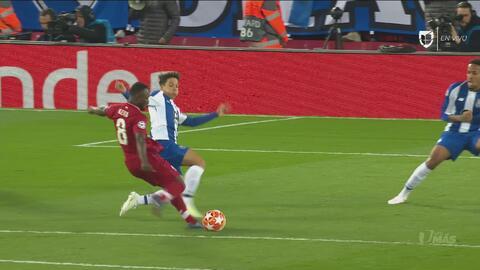 Liverpool marca el 1-0 con fortuna, la defensa desvió el tiro de Keita