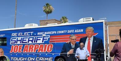En un bus con su foto y la de Trump, Joe Arpaio arranca su campaña para volver a ser sheriff de Maricopa