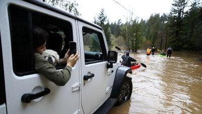 """""""Guerneville es una isla"""": un río desbordado por las lluvias dejó inaccesible a esta ciudad del norte de California"""