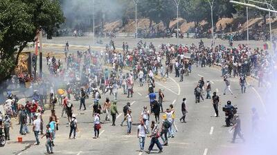 Dos muertos y decenas de heridos, entre ellos dos periodistas, son resultado de la brutal represión en Venezuela