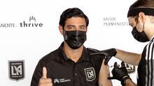 Carlos Vela promueve la vacuna contra Covid-19 y recibe la suya