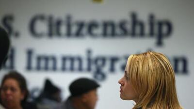 El gobierno cambiará la regla que exime a ciertos inmigrantes del pago de un trámite