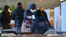 """""""Por fin llegó este día"""": empleados de restaurantes en Nueva York celebran que se haya ampliado la capacidad permitida"""